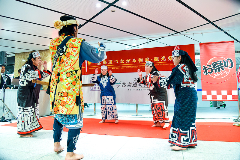 独特のかけ声と拍、アイヌ語で歌われた「イヨマンテリムセ(熊の霊送りの踊り)」。アイヌの代表的な工芸である「アットゥシ織」の衣装をまとい、素足での演舞に観客は圧倒された。イベント期間中14~15日はカピウ&アポッパのメンバーが舞踊を披露予定