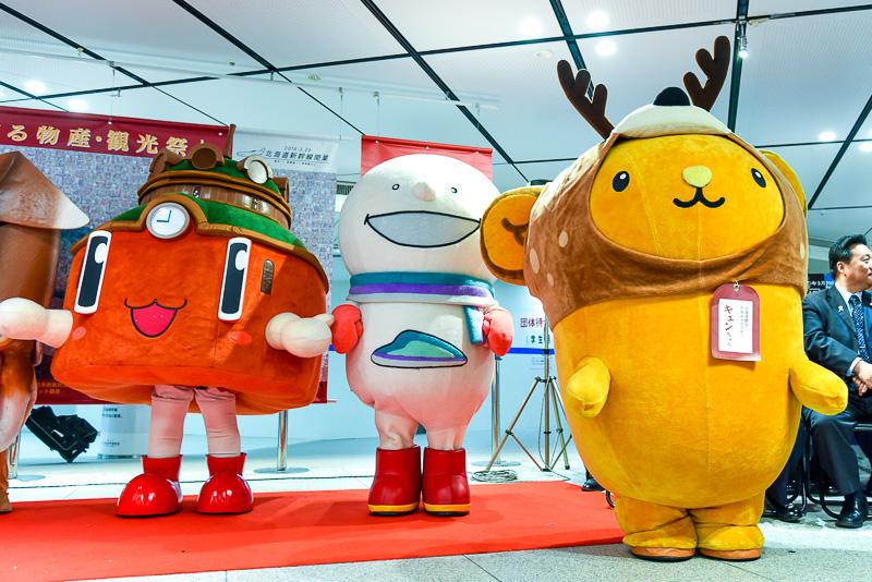 写真右からエゾジカのかぶり物がキュートなエゾナキウサギの「キュンちゃん」、雪合戦が好きな「どこでもユキちゃん」、赤煉瓦の駅舎の「ドームくん」。まさに北海道と東京のキャラクター、夢の共演。イベント開催中はキュンちゃんとどこでもユキちゃんが毎日挨拶に来てくれる