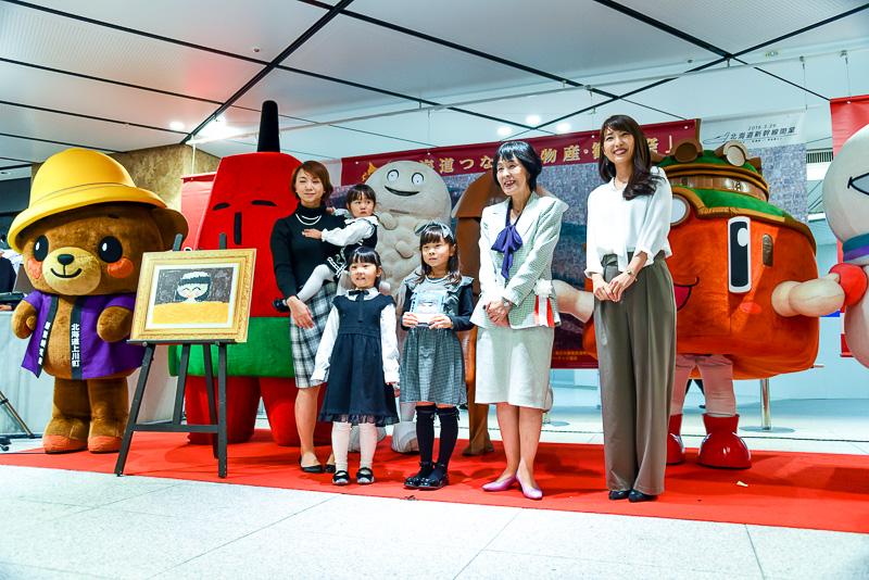 表彰式では、函館の大好きな温泉を描いたという小学生の代表者にスタンドと賞状が授与された