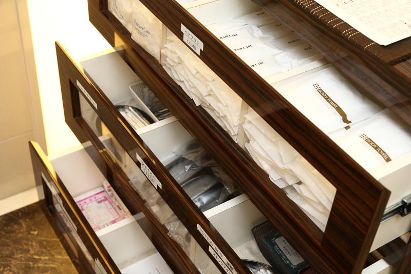 細かなアメニティは、チェックインカウンター横に置かれ、必要なものを自由に利用できる。歯ブラシやボディタオル、ひげそりなど一通り揃っており、急な出張でも安心