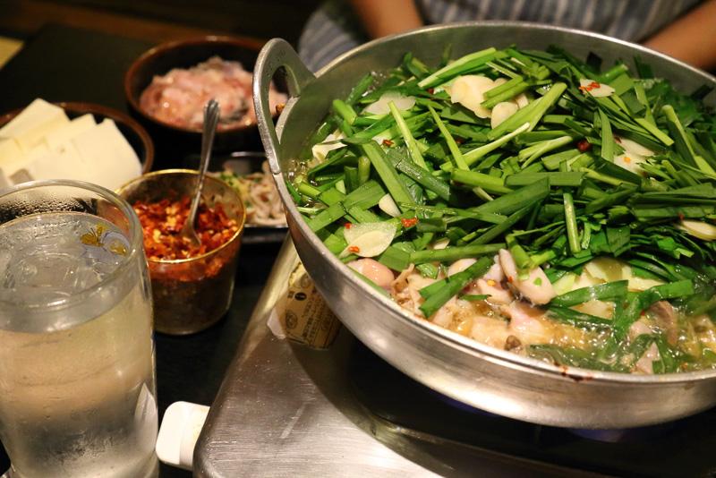 醤油味のスープはあっさりしているが、もつのコクが加わって、なんとも言えない味わい。博多のもつ鍋は想像以上においしい