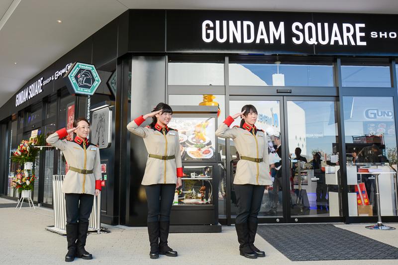 空の広場すぐのレストラン街「エキスポ キッチン」には「GUNDAM SQUARE」が入居しており、入り口にはガンダムとザクの巨大模型が展示されている