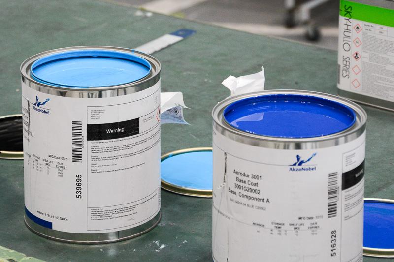 ANAといえばこれ、というライトブルーとダークブルーの塗料