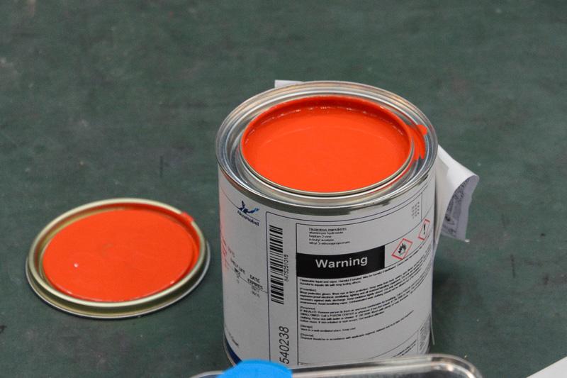 日の丸や注意書きなどで赤系色の塗料も使われる