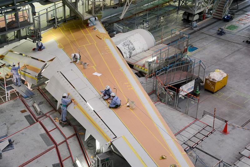 ちょうど主翼の塗装作業工程の一部である油脂を取る作業が行なわれていた