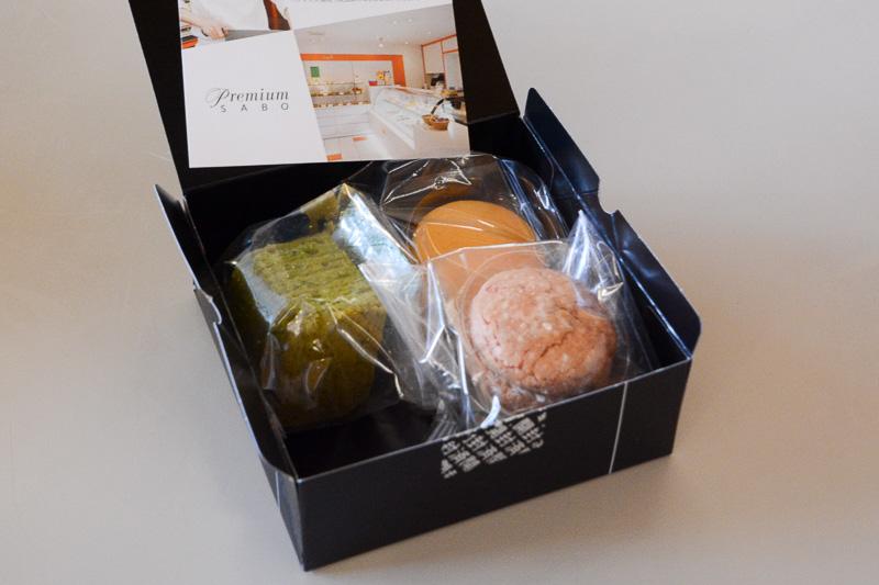 「premium SABO」。抹茶のバームクーヘンと、オレンジのマカロン、イチゴクリームサンドしたフレーズのダックワーズ