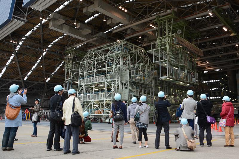 参加者は格納庫内のさまざまな場所を見学