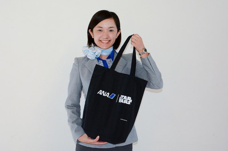 """ANA×STAR WARSロゴが描かれたトートバッグに収められた""""お土産"""""""