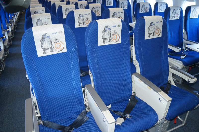 普通席260席に「R2-D2」と「BB-8」のイラスト入りヘッドレストカバーが装着される