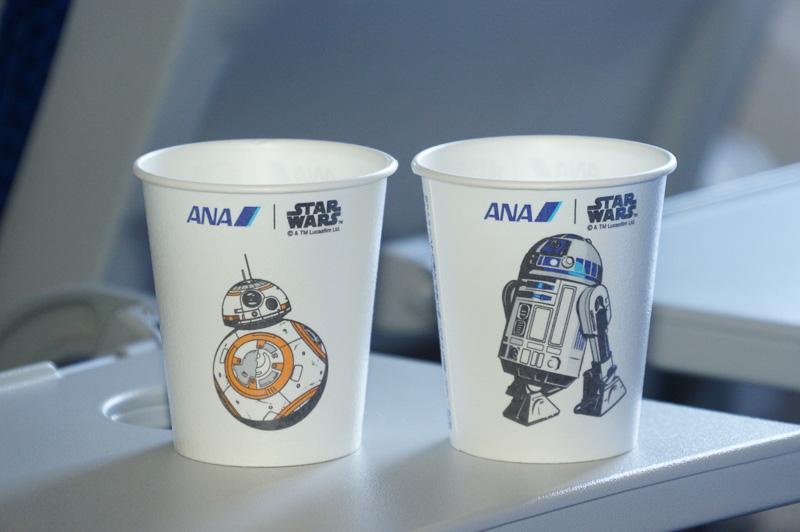 機内サービスに使われる紙コップにも「R2-D2」「BB-8」のイラスト入り