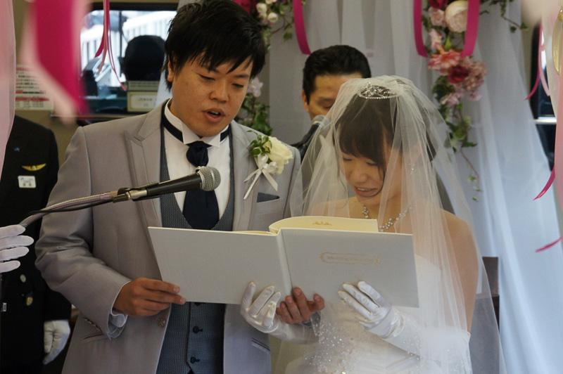 新郎新婦がそろい結婚誓約書を朗読