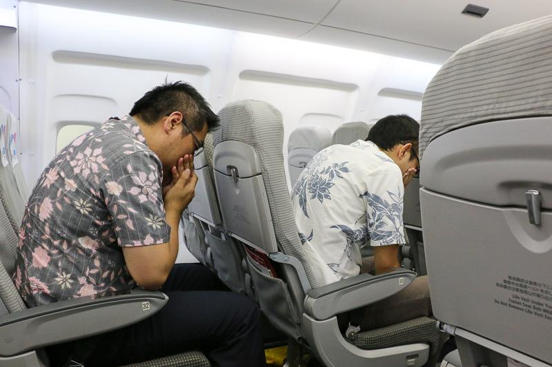 機内に煙が立ち込め、頭を下げ、鼻と口を覆うよう指示される