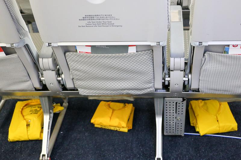 救命胴衣を着用。着け方が分からない人には隣の席同士協力するよう指示する