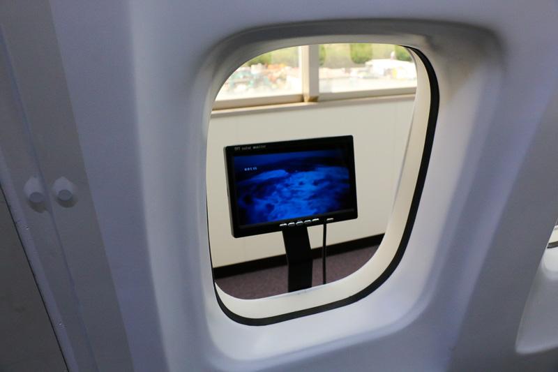 窓に取り付けられた小型モニターや客席前面の大型モニターに屋外や火災の様子が映し出される