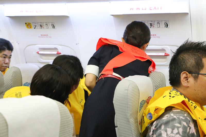 中央非常口のハッチを開く。非常口付近の乗客には開扉の協力を呼びかける