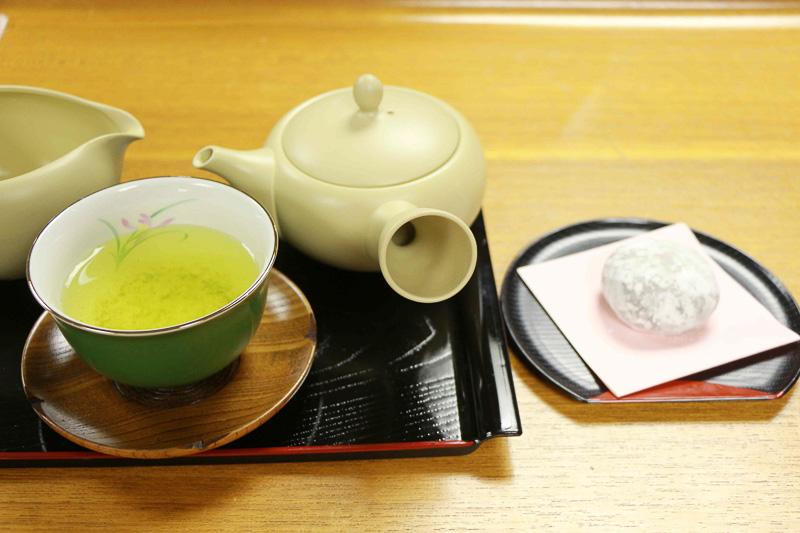 高級抹茶を使った生クリーム大福「鞠福 濃い抹茶」(1個140円)と一緒にまろやかなお茶をいただいた