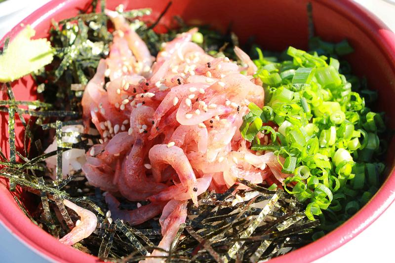 漁師の沖漬け丼(750円)お勧めは、桜えびのかき揚げとみそ汁をプラスした「漁師の沖漬丼セット」セット(1000円)