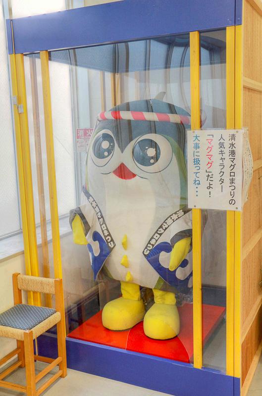 写真右は清水港マグロまつりのキャラクター「マグマグ」