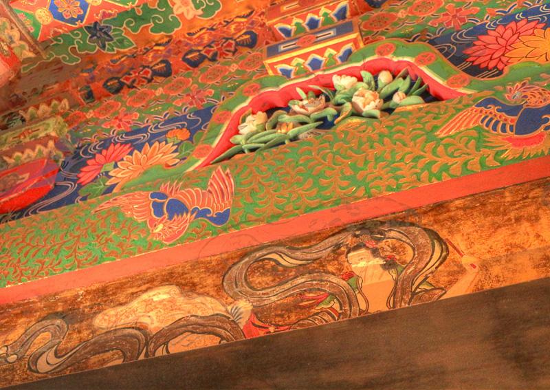 東照宮なので御祭神は徳川家康公であるが、久能山東照宮では相殿として向かって左に豊臣秀吉公、右に織田信長公が祀られている。戦国三英傑が祀られているのは、全国の東照宮の中でもここだけ