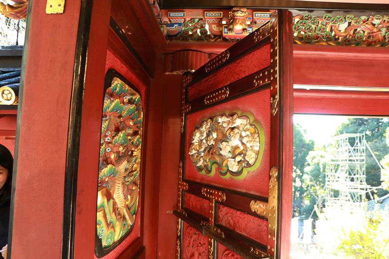 これが門扉の裏に隠れている「鷹」。なぜ「一富士ニ鷹三茄子」なのかは諸説あるようだが、ここの本殿に描かれている画や彫刻は天女、花、鳥のみ。つまり「天」(そら)を意味していると考えられているとのこと