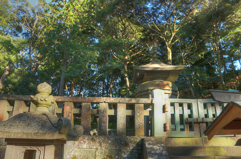本殿裏手の高い場所にある家康公の墓は西向き。定かではないらしいが、戦(いくさ)が頻発した西日本を睨んでいるか、家康公が生まれた三河の地を眺めているのかのどちらからしい