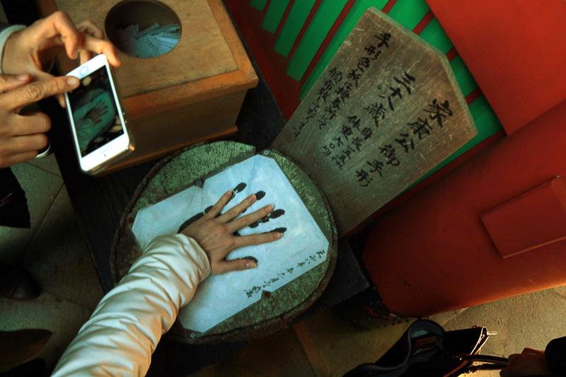 境内には家康公の手形や徳川家歴代将軍の家紋(期間限定)などに加えプラモデルの展示。東照宮を建てるために全国から集まった最高の技術を持った者たちが静岡に住み着き模型文化を造ったのだとか