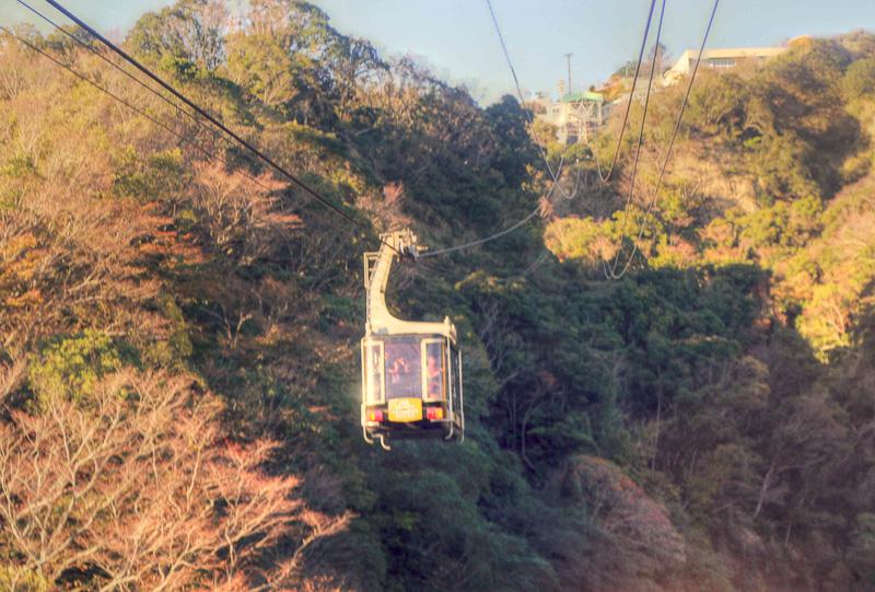 日本観光地百選で1位に選ばれたこともある「日本平」山頂と「久能山東照宮」を5分間で結ぶ索道。ロープウェイの中からも駿河湾や遠く伊豆半島も眺められる