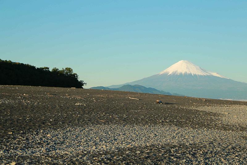 つい数日前までは冠雪しても解けてしまっていたとのことだが、訪問当日は中腹まで白く雪に覆われ、快晴と相まって、まるで絵に描いたような富士山を拝めた