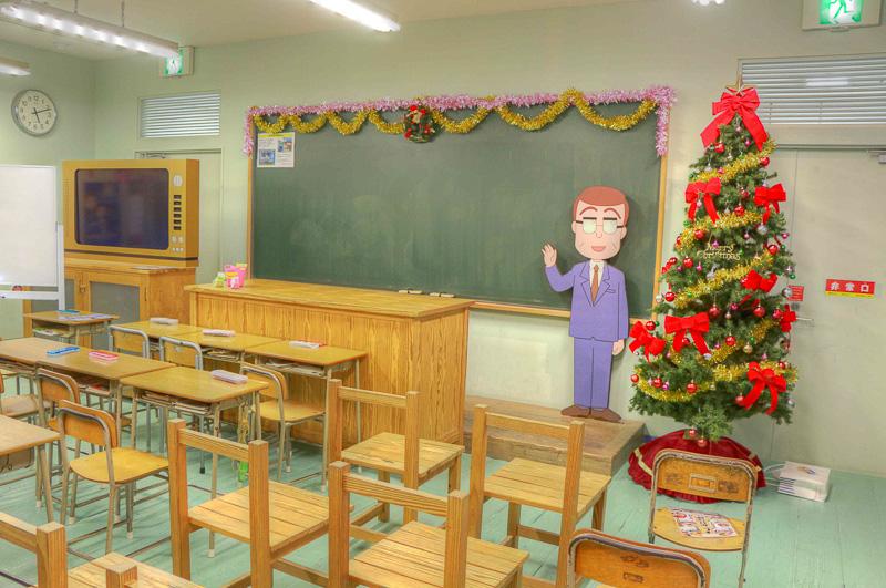作中の「3年4組」を再現したコーナーには「戸川先生」がいる