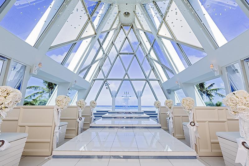 グアムで大人気のチャペル「ブルーアステール」。リゾートウェディングを満喫できるデザイン