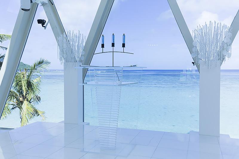 """""""海外リゾートウェディング""""と聞いて思い浮かべるのはこのようなチャペルだろう。美しいタモン湾を望みながら挙式ができる"""