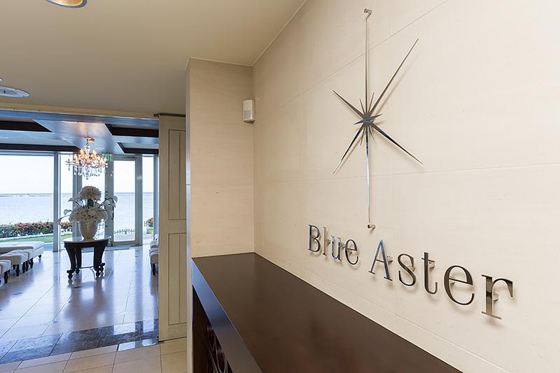 ブルーアステールの入口から1階の控え室まで。ブルーアステールのチャペルはこの直上に位置し、このチャペルにおいても浮遊感を感じられる