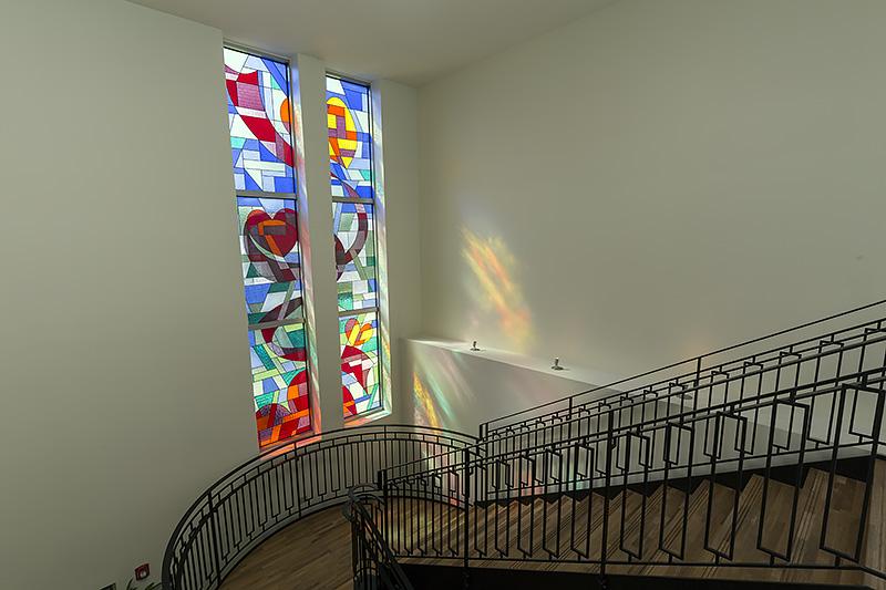 チャペルは2階にあり、テ・キエロは1階にある。その2層をステンドグラスの光に照らされた階段が結んでいる