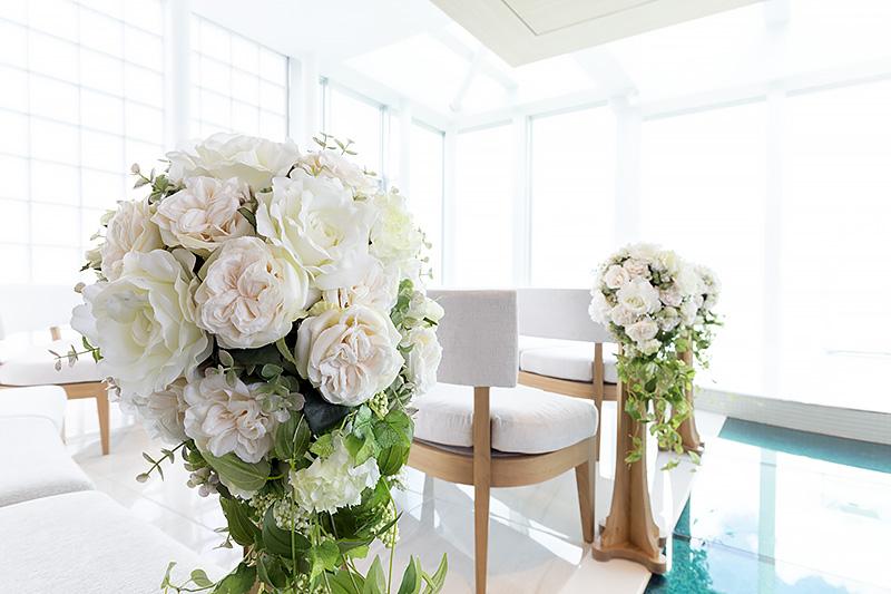 バージンロードを囲むように花が飾り付けられていた