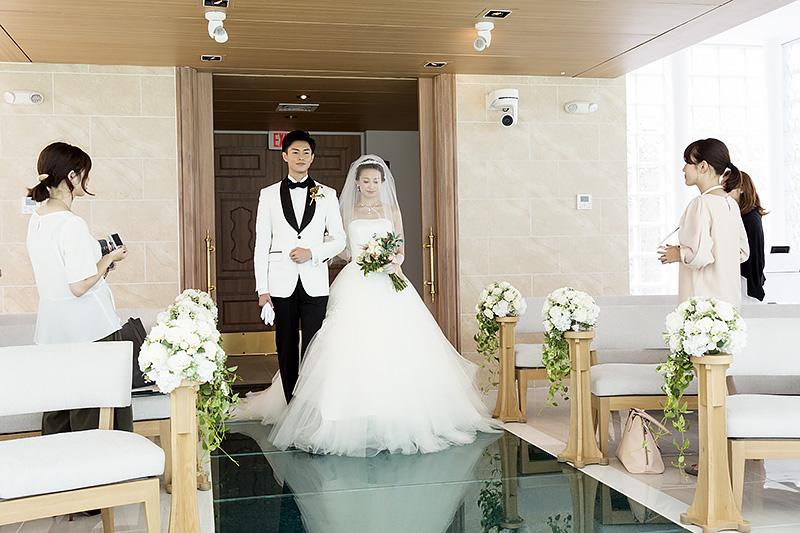模擬結婚式。ドレスのバージンロードへの映り込みが美しい