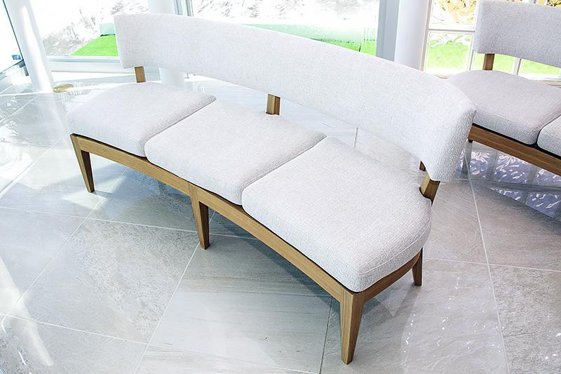 独特の柔らかいデザインを持ったゲスト用のイス。座り心地もふんわりと柔らかかった