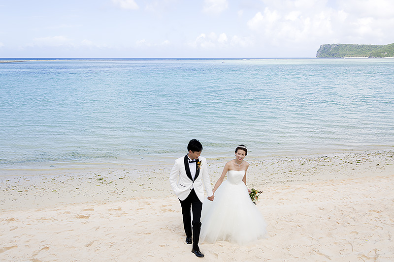 Family Tree Gardenからは、グアムのタモン湾に出ることができる。そのため、ウェディング直後にビーチで記念写真を撮ることが可能。タモン湾は波が穏やかで、海と空と砂浜のコントラストが美しい