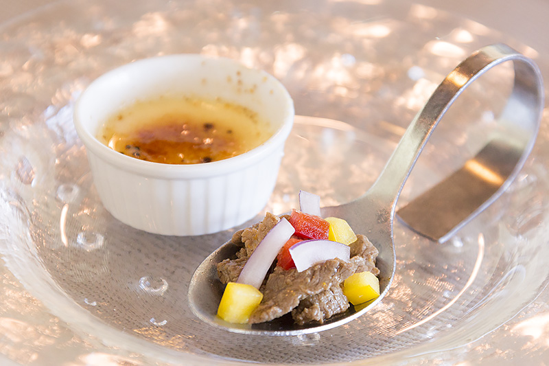 AMUSE ビーフケラグエンとパルメザンチーズのクレームブリュレ