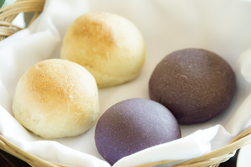 右手前のパンはタロイモが使われており、中は鮮やかな紫。独特の甘い風味のあるパンだった