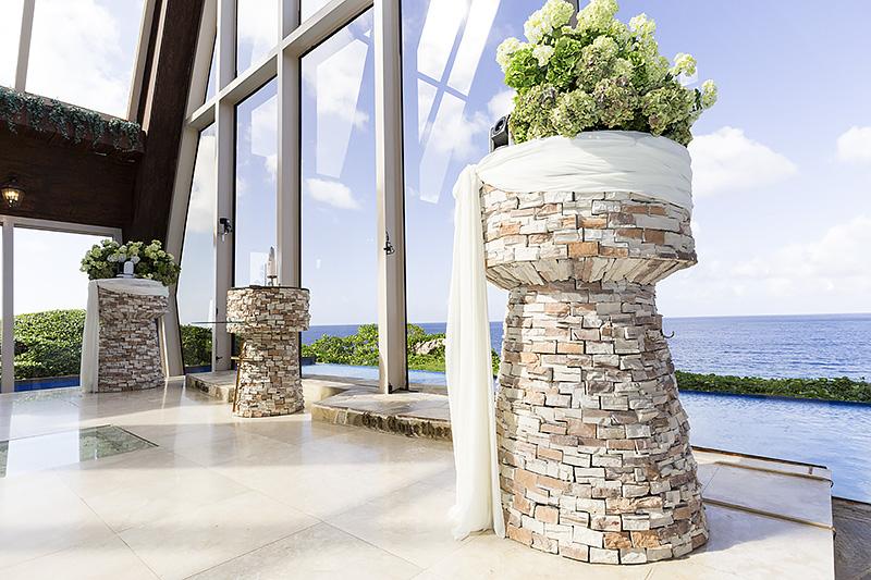 光と木と石を活かした設計。高台にあるため、海の色は濃いブルー