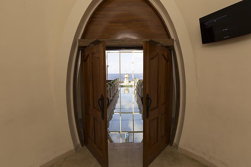 卵形の扉が開くと、1万本のバラが敷き詰められた長さ13mのバージンロードが現われる