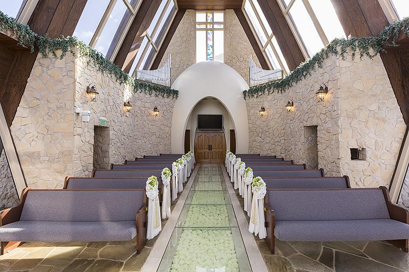 バージンロードから見た祭壇(写真左)、祭壇から見たバージンロード(写真右)