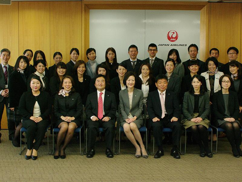 大川専務はじめ「JALなでしこラボ」のメンバーによるフォトセッション