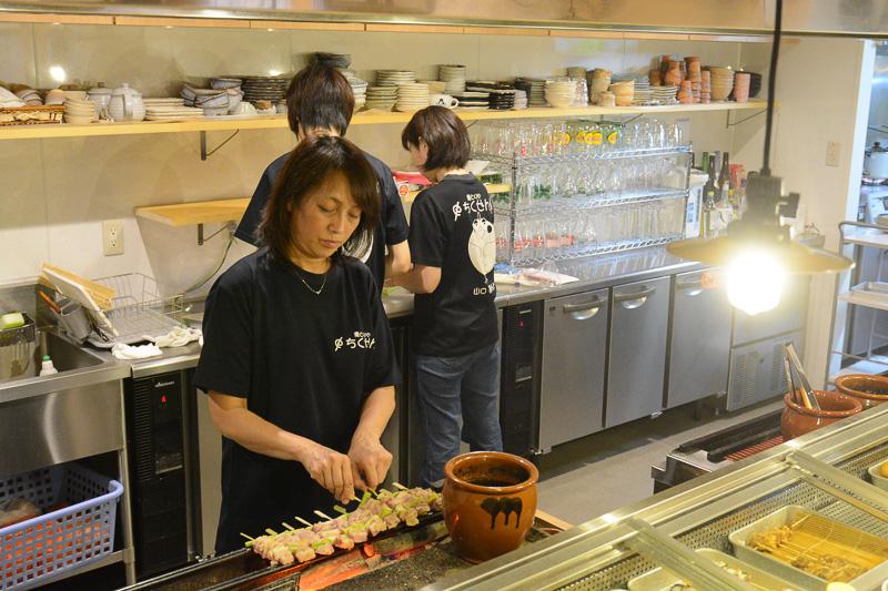 長州黒かしわを味わいに「焼とりや ちくぜん総本店」へ。長門駅から徒歩3分の好立地で、スタッフは全員女性。落ち着いた店内の雰囲気もよかった