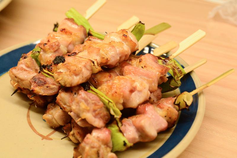 長州黒かしわのモモ肉を使ったネギマ。鶏肉、焼き鳥のイメージが変わる濃厚ながらも食べやすい味わい