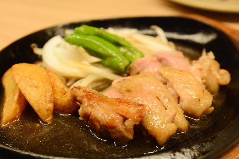 焼き鳥以外にも焼き豚やもも肉ステーキなど、さまざまな料理を堪能した