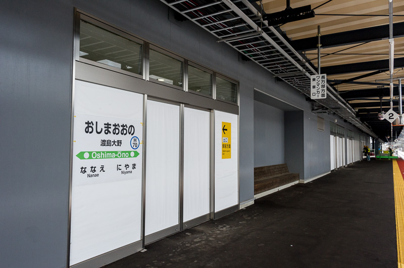 白い扉は新幹線ホームへと続く部分