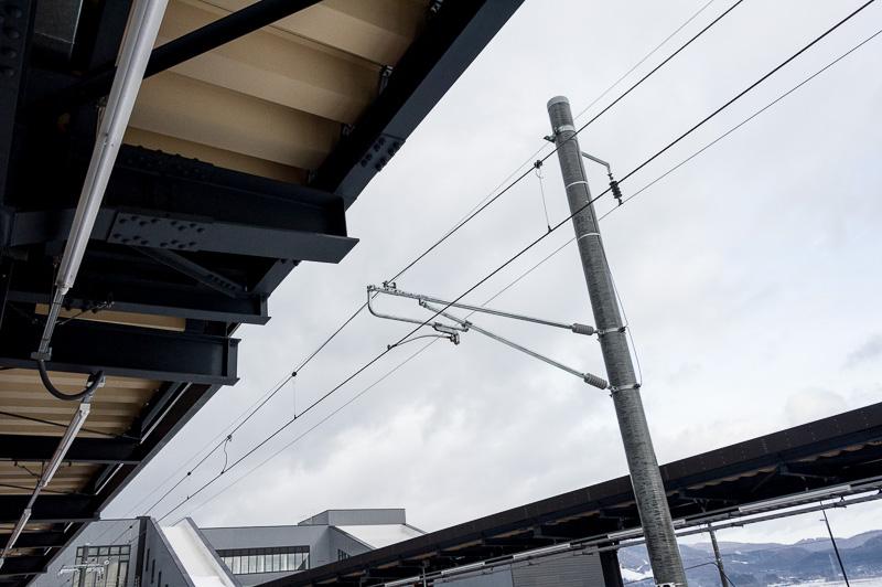 函館駅~新函館北斗駅間は、「はこだてライナー」を電車で走らせるために電化された。1番線と2番線ホームは架線が張られている