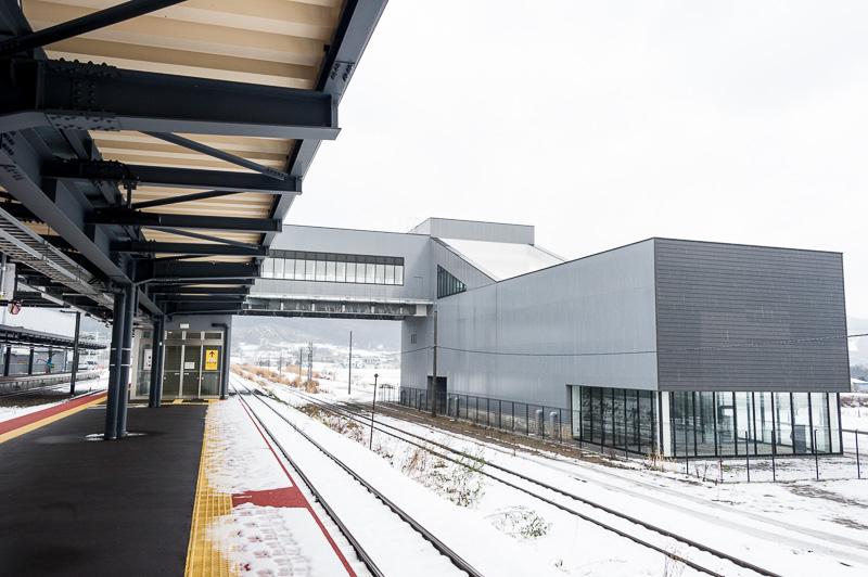 3番線・4番線ホーム。森駅方面から来る函館本線の函館方面への普通列車や特急の通過待ちなどに使用