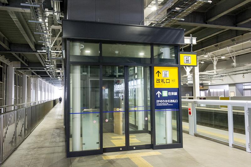 新幹線ホームのエレベータの入り口